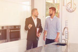 фото профиля Моше Эстрин, На изображении может находиться: 1 человек, стоит, шляпа и борода