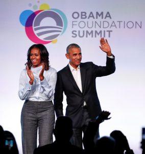 """נשיא ארצות הברית לשעבר ברק אובמה ורעייתו מישל בוועידת """"קרן אובמה"""" בשיקגו, אוקטובר 2017. צילום: רויטרס"""
