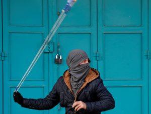 טרור ערבי, זריקת אבנים, מחבל