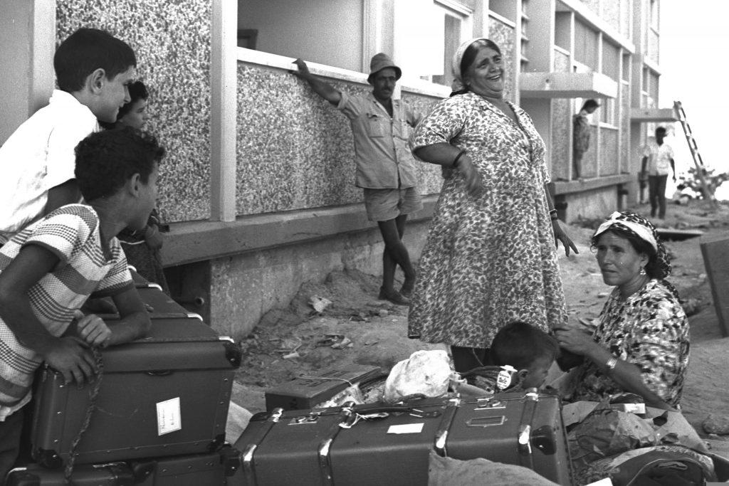 """עולים חדשים באופקים ב-1963. צילום: משה פרידן, לע""""מ"""