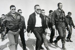 יצחק שמיר ודן שומרון, 1989. צילום: משה שי, פלאש 90