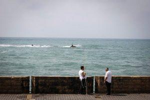התחממות זמנית. דייגים בנמל יפו. צילום: פלאש90