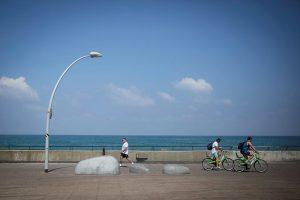 фото профиля Natasha Rotenberg, На изображении может находиться: Natasha Rotenberg, солнечные очки, на улице, часть тела крупным планом и вода