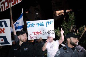 """מפגיני ימין מאשימים את השמאל ב""""מכירת ישראל"""". צילום: תומר ניוברג, פלאש 90"""