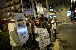 """הפגנת פעילי זכויות אדם, שמאל ומסתננים נגד הגירוש מול בית רה""""מ. צילום: הדס פרוש, פלאש 90"""