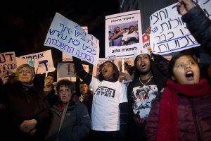 מסתננים ופעילי שמאל בהפגנה בירושלים. צילום: יונתן סינדל, פלאש 90