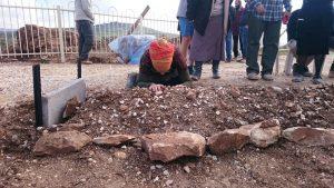 """משפחתו של הרב רזיאל שבח הי""""ד ליד קברו"""